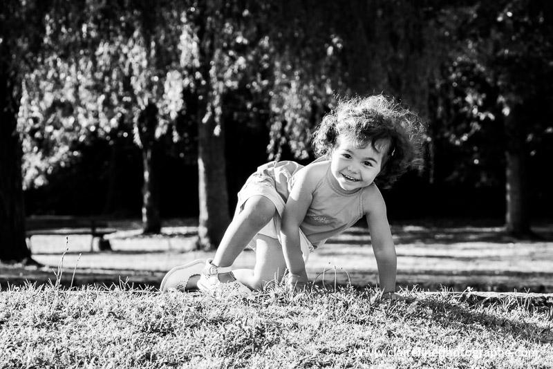 portrait d'une petite fille en noir et blanc