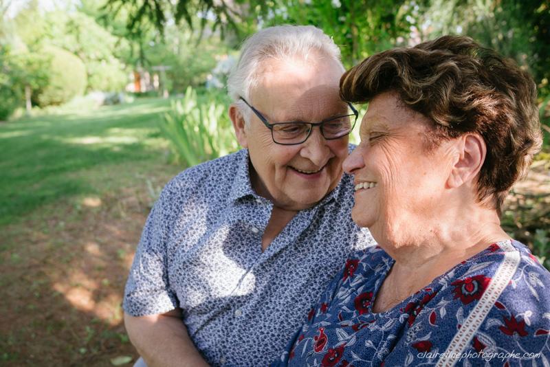 portrait d'un couple de personnes âgées heureux