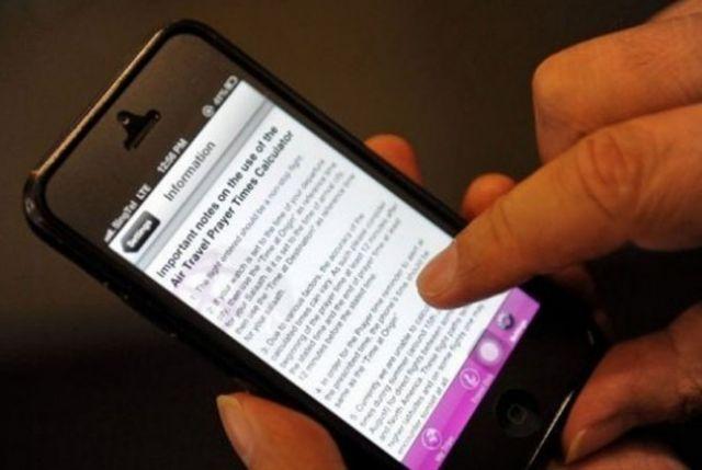 O aplicativo envia um alerta com o horário das cinco orações diárias e a direção de Meca