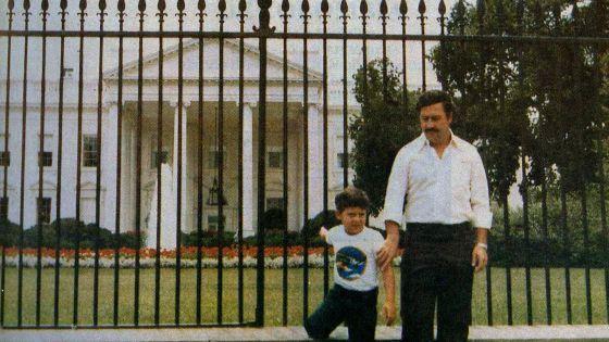 O traficante com o filho Juan Pablo em frente à Casa Branca, em 1981.