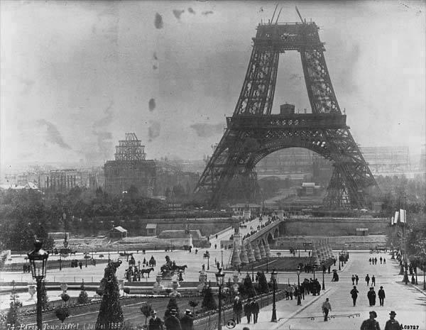 19. Construção da Torre Eiffel em julho de 1888.