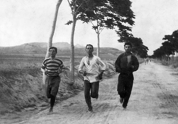 Três homens disputando a maratona nos primeiros jogos olímpicos modernos, em 1896