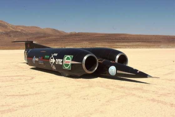 """O britânico Thrust SSC quebrou o recorde de velocidade em solo no ano de 1997, sendo o primeiro """"carro"""" a romper a barreira do som"""