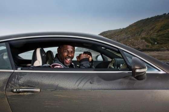 O ator Idris Elba comemora a quebra de recorde estabelecido por Sir Malcolm Campbell, em 1927, em um Bentley Continental GT que chegou a 290 km/h no País de Gales