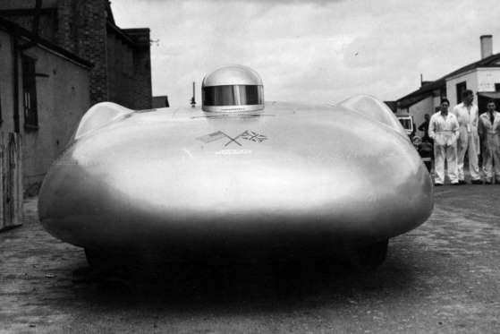 O capacete é o piloto John Cobb em seu Railton Mobil Special,no qual quebrou recorde de velocidade nas planícies salgadas de Bonneville, em 1938, a uma velocidade de 560 km/h. Ele morreu em 1952, tentando quebrar um recorde de velocidade na água no Lago Ness em uma lancha Crusader