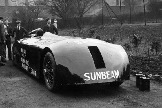 Este é Sir Henry Segrave (1896-1930), outro deus dos anos 1920. Ele chegou a impressionantes 326 km/h em Daytona Beach, nos EUA