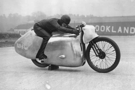 Eric Fernihough aparece com sua moto Brough Superior. Tragicamente, no dia 23 de abril de 1938 ele acabou morrendo em uma tentativa de quebra de recorde em Gyón, Hungria