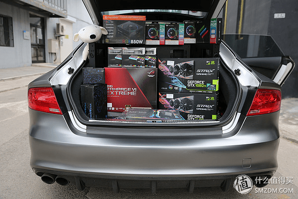 Homem transforma um Audi S7 em um PC de Gamer