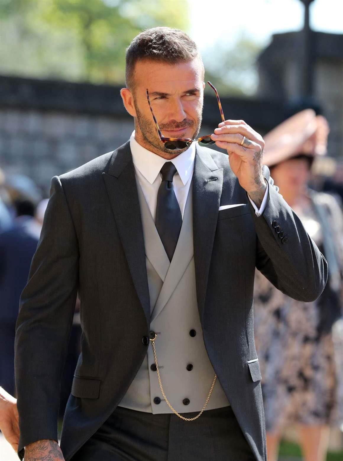 David Beckham se disfraza de un famoso cantante y Victoria flipa ...