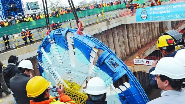 La Argentina. Así se llama la tuneladora que llegó al país en 2012 y fue presentada la público, pero nunca llegó a funcionar. Debe excavar un túnel de 32,6 kilómetros. / GUSTAVO GARELLO