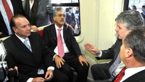 En el tren. Julio De Vido junto a Juan Pablo Schiavi en un vagón del Sarmiento, cuando el primero era jefe del segundo.Foto: Télam