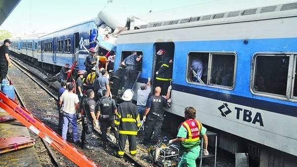 Rescate. Vagones incrustados y la desesperada tarea de bomberos y rescatistas.