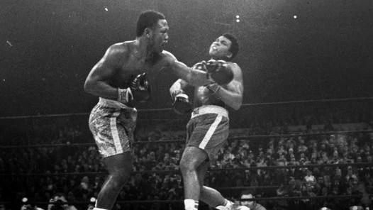 COLOSOS. Frazier golpea a Alí durante su pelea en 1971. (AP)