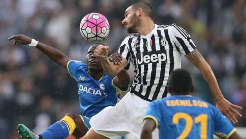 Bonucci salta a cabecear ante la marca de Emmanuel Agyemang Badu, del Udinese. (AFP)