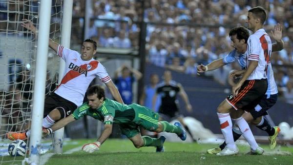 El gol en contra de Ramiro Funes Mori. (Télam)