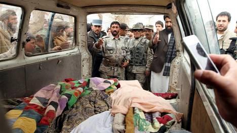 Afganos muestran los cadáveres de los civiles asesinados esta madrugada en la localidad de Panjwai, en el sur de Afganistán. (EFE) Afganistán, masacre de civiles, Obama, Karzai