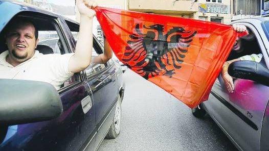 CELEBRACION. ALBANOS DE KOSOVO CELEBRAN EN PRISTINA EL APOYO A SU INDEPENDENCIA DADO POR LA CORTE.