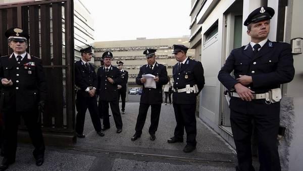 """Carabinieri custodian la entrada al Palacio de Justicia de Roma al iniciarse el juicio a la """"Mafia Capitale"""". REUTER"""