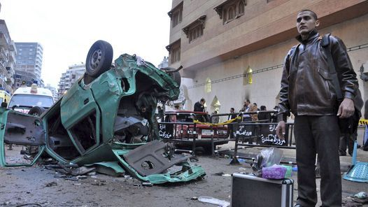 DESTROZOS. Restos de un vehículo tras el atentado frente a la iglesia cristiana de la ciudad de Alejandría. (EFE)
