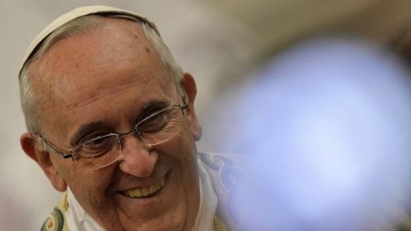 El Papa Francisco sonríe al salir de la Basílica de San Paolo, en Roma el 25 de enero de 2015 . (AFP / ANDREAS SOLARO)