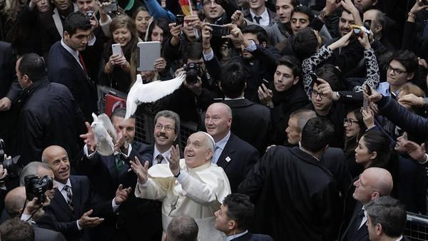 El papa Francisco comenzó su gira de actividades en Turquía. (AFP)