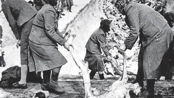 Herta Bothe, Gertrud Sauer y Herta Ehlert transportan un prisionero muerto. Guardianas nazis. El lado femenino del mal» un libro de Mónica González Álvarez