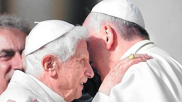 Juntos. Francisco y Benedicto XVI, ayer, en la Plaza de San Pedro. /AFP