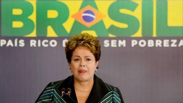 EN LLANTO La presidenta brasileña, Dilma Rousseff, recibe de manos de Pedro Dallari, coordinador de la Comisión de la verdad de Brasil, el informe final que investigó las violaciones de derechos humanos durante la última dictadura (1964-1985). (Reuters)
