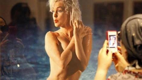 Una mujer toma una fotografía de un retrato de la actriz Marilyn Monroe (1926-1962) en una exposición en Corea del Sur. (EFE)