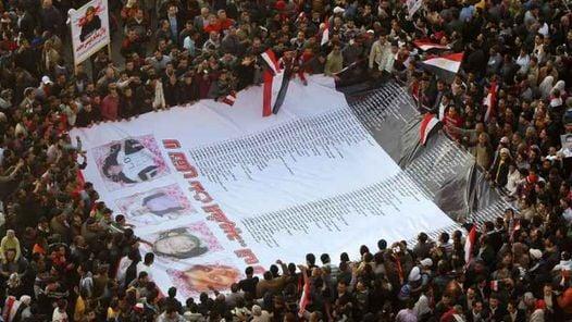 Miles de personas se manifiestan en la cariota plaza Tahrir (Liberación en árabe) para demostrar que no claudican en su lucha contra el régimen (AFP)