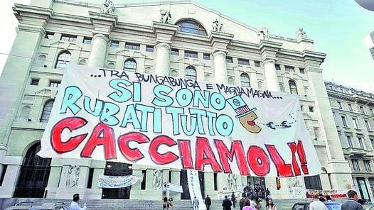 """PROTESTA. """"SE ROBARON TODO. VAMOS POR ELLOS"""", SE INDIGNAN MANIFESTANTES ITALIANOS FRENTE A LA BOLSA DE MILAN, EN UNA IMAGEN DE SEPTIEMBRE."""