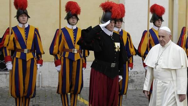 Saludo. Francisco pasa delante de su custodia en el Vaticano.