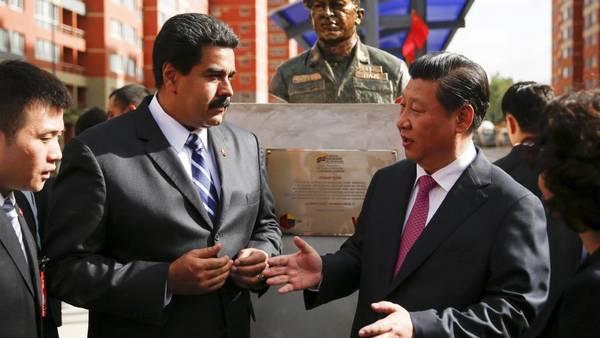 Visita. El presidente Maduro con su colega chino Xi Jinping. AP