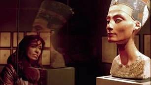 ATENTA. Cristina contempla el busto de Nefertiti en Berlín. (Presidencia)