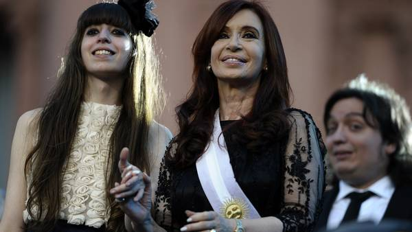 Archivo: Florencia y Cristina Kirchner. / AFP