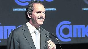 Defensa. Scioli habla ayer ante empresarios de turismo en Mar del Plata. Ordenó una fuerte réplica a Mariotto.