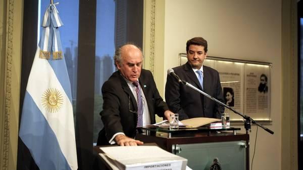 Denuncia. Oscar Parrilli y Juan Martín Mena, el titular y su segundo en el Secretaría de Inteligencia, ayer en la Casa Rosada. DYN