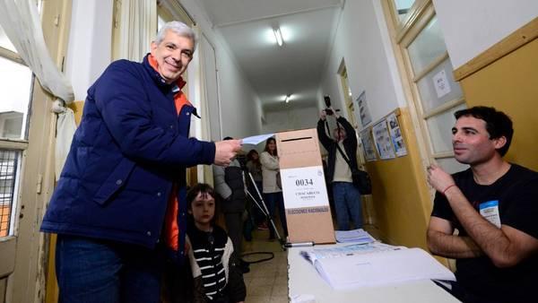 En calma. Después de una semana con muchos cruces en la interna, Julián Domínguez votó en Chacabuco.