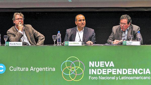 Panel. Forster, Manzur y Bauer estuvieron ayer en la apertura del foro en Tucumán. /Julio Pantoja