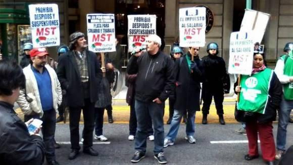 El MST frente al Hotel Alvear apoyando el paro y en repudio al Consejo de las Américas que ahí se desarrolla. (María Eugenia Cerutti)