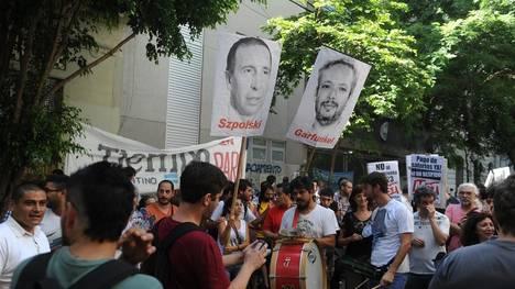 Trabajadores del Grupo Veintitrés realizan un acto en reclamo contra el cierre de medios.