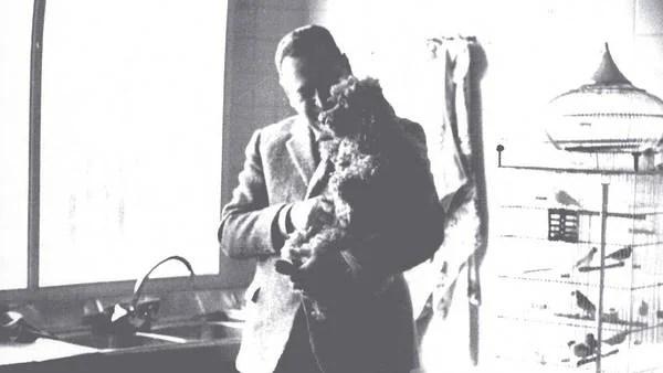 Juan Domingo Perón en su casa en Puerta de Hierro con uno de sus perros y sus canarios (Gentileza PRHGE).