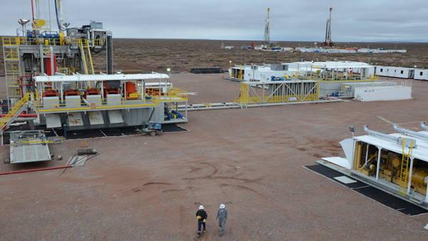 Instalaciones petroleras, fracking, y operarios de YPF y otras empresas petroleras en Vaca Muerta, en las cercanías de Añelo, Neuquén. (Ricardo Cárcova)