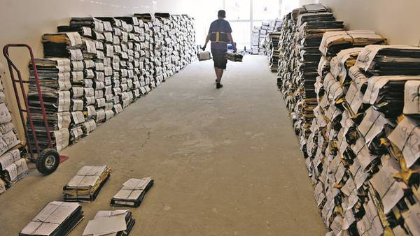 Torres de causas. La Justicia alquiló un edificio sobre la calle Lavalle para almacenar los expedientes sorteados que esperan ingresar a las salas. Hoy suman unos 68 mil. /David Fernandez