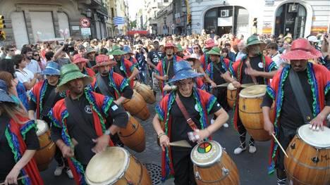 17 12 11 Llamadas de candombe 2011 en San Telmo (ciudad de Buenos Aires), organizadas por el Centro Cultural Fortunato Lacámera FOTO GERMAN GARCIA ADRASTI buenos aires  nueva edicion de la llamada de candombe 2011 tambores y candombe en el barrio de san telmo desfile desfiles comparsas cultura afro