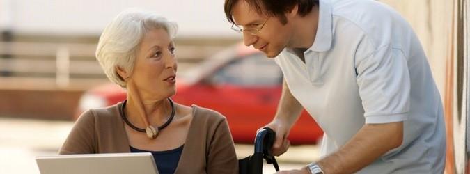 Pleger spricht mit älterer Dame