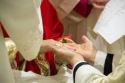 L'unzione delle mani con il sacro crisma