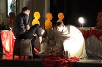 Il Vescovo Valentino compie il gesto della lavanda dei piedi
