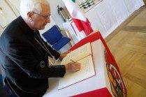 Il vescovo Mons. Di Cerbo firma il registo delle visite, appositamente preparato per gli ospiti italiani al Comune di Seligenstadt