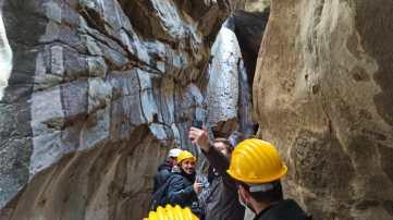 La troupe entusiasta al lavoro tra le pareti rocciose presso la sorgente del Torano
